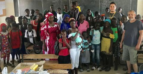 Dömsödtől Afrikáig - ajándékátadás az iskolában